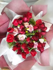 AHM513 (Red roses & eustomas)