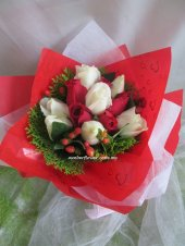 AHR1367 (Mixed white & red roses)